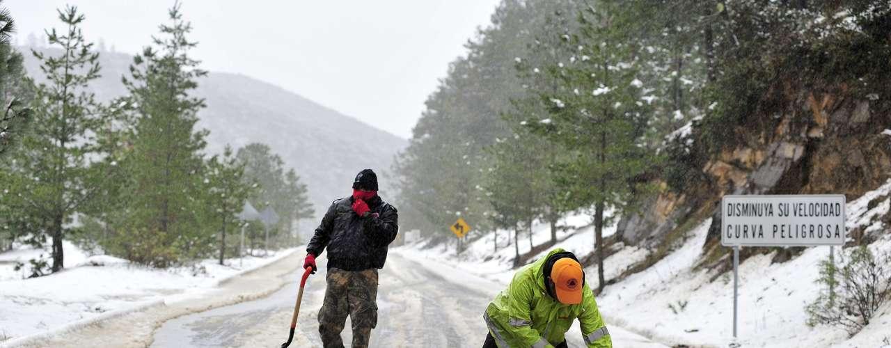 Las autoridades de Chihuahua han declarado zona de emergencia el estado luego de que en localidades como Ciudad Juárez, fronteriza con Estados Unidos, la nieve no ha cesado durante dos días y la urbe se encuentra prácticamente paralizada.