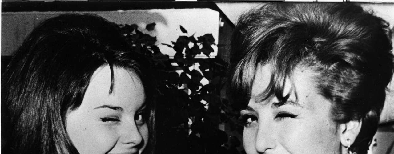 Rocío Dúrcal y Angélica María en 1964. La cantante española murió el 25 de marzo en su casa en Madrid, España.
