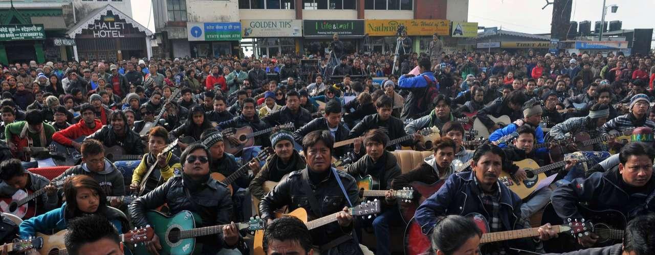 Más de1.000guitarristas indios interpretaron la canción de John Lennon \