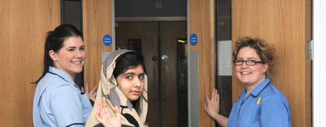 La niña paquistaní a la que los talibanes le dispararon en la cabeza por defender la educación de las jóvenes ha recibido el alta del hospital británico en que se encontraba, después de que los médicos dijeran que estaba lo suficientemente bien como para recuperarse junto a su familia.