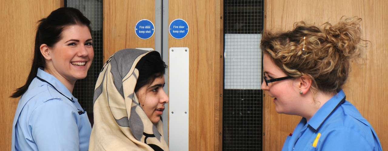 Malala Yousufzai, de 15 años, fue atacada por los talibanes en octubre y trasladada al Reino Unido para recibir tratamiento. Aunque recibió el alta el jueves, deberá regresar al hospital a finales de enero o principios de febrero para una operación de reconstrucción craneal, según los médicos.