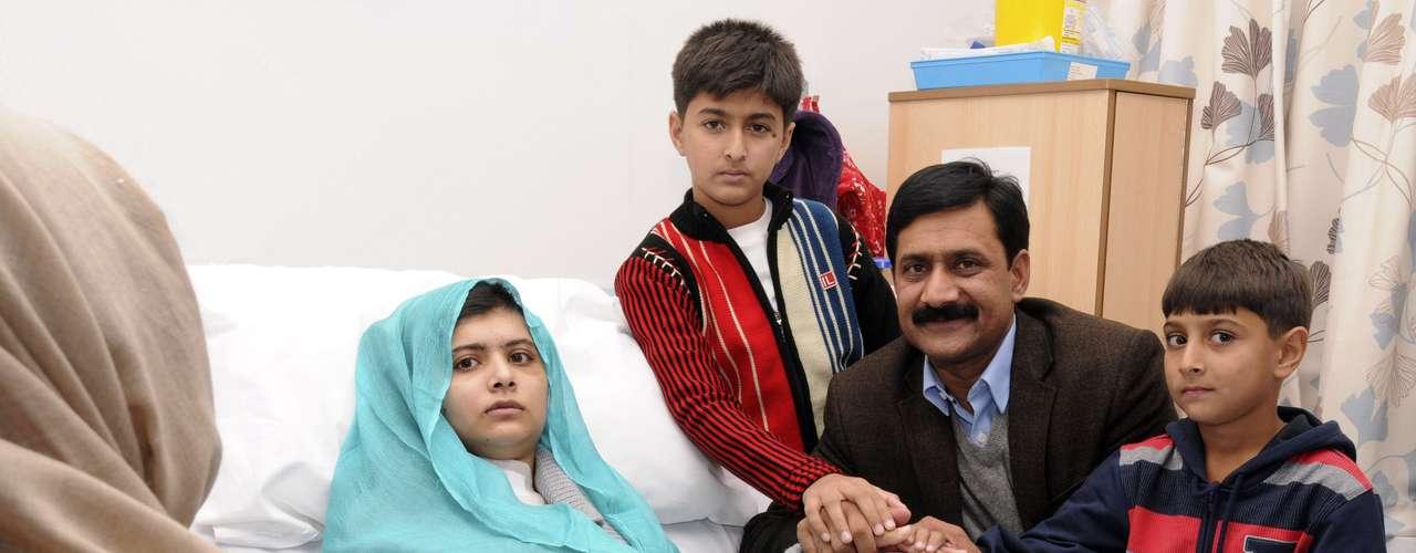 Los médicos del hospital Queen Elizabeth de Birmingham donde se trató a Yousufzai dijeron que aunque la bala la alcanzó en la ceja izquierda, no penetró en el cráneo sino que se desplazó bajo la piel por un lado de la cabeza y hasta el cuello.