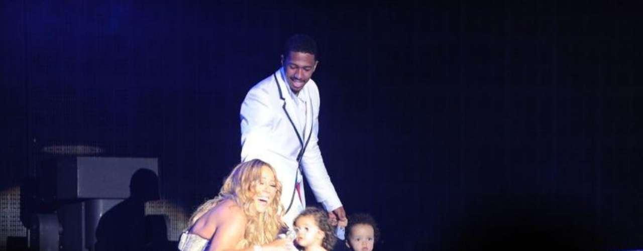 Mariah Carey tiene un momento familiar en el escenario con su esposo, Nick Cannon y sus hijos, Monroe y Moroccan.