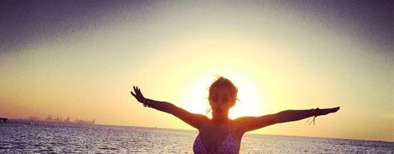 La cantante Rita Ora que con tan sólo 22 años cautivó al esposo de Beyoncé, el rapero millonario Jay-Z, con su talento, busca mantener a sus seguidores muy felices regalando bikinazos y fotos picantes. Sin duda, su álbum Ora seguirá siendo un hit con estos incentivos,