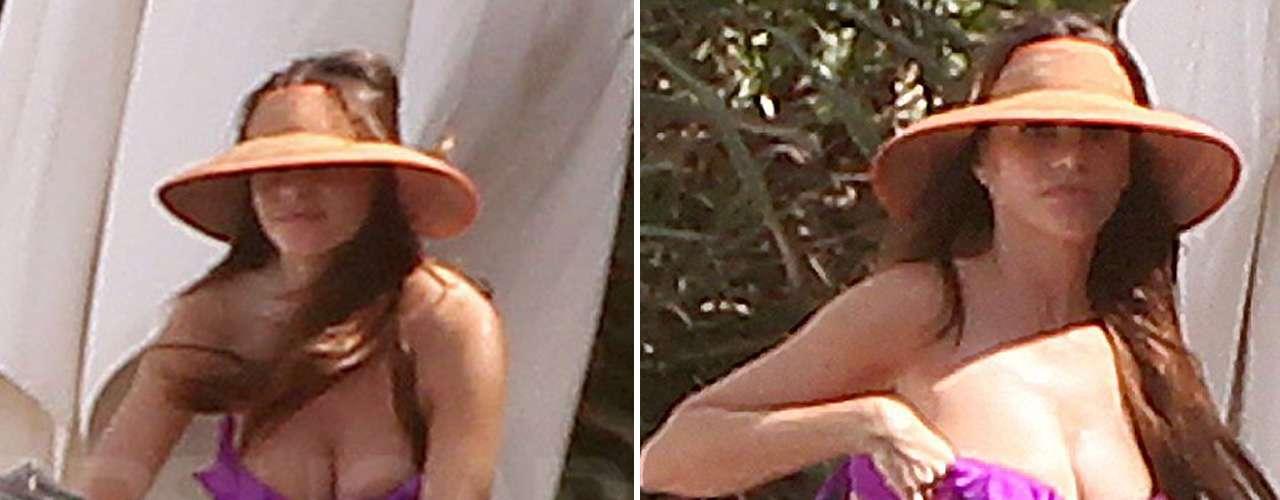 También ese mes se le vio vacacionando en una playa mexicana con una amiga, donde casi pierde la parte superior de su bikini al agacharse.