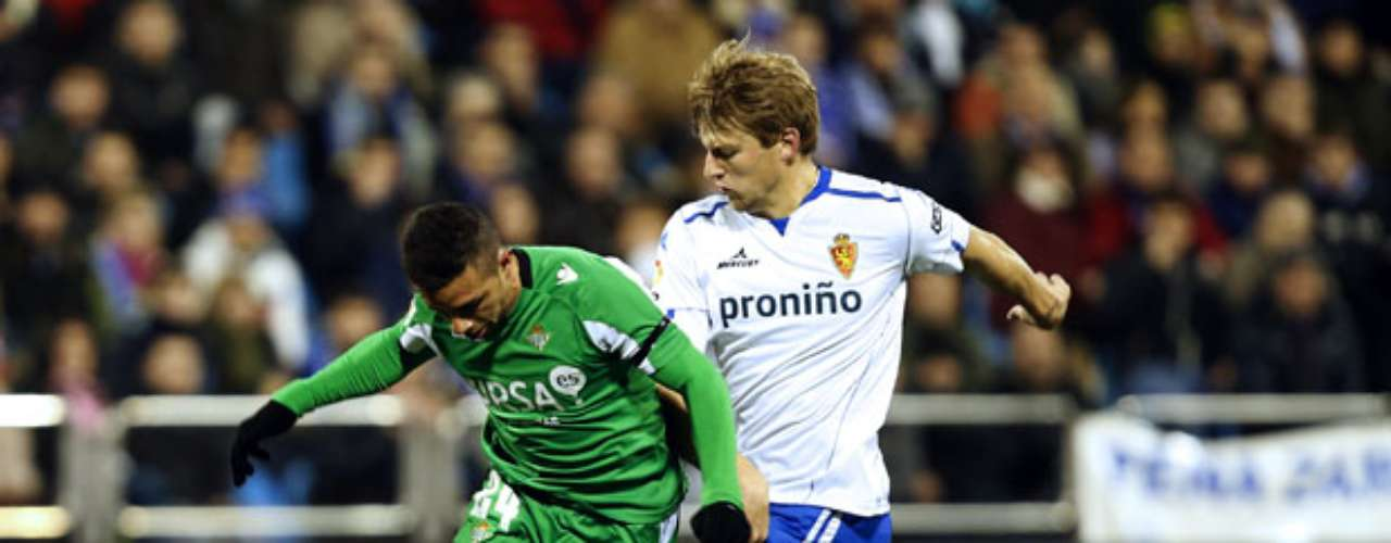 Betis' forward Castro (L) vies with Zaragoza's Dutch defender Glenn Loovens.