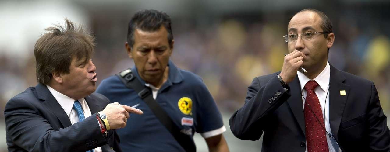 Miguel Herrera reclamó con todo el penalti y fue expulsado del partido.