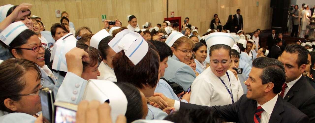 Su objetivo, afirmó, es elevar la calidad de la educación y reconocer el trabajo de los maestros de nuestro país. De las enfermeras y enfermeros, aseguró que están entre los mejores del mundo.