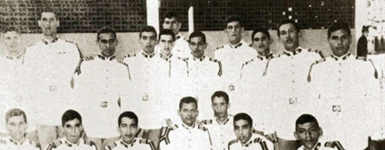 Chávez segundo a la derecha de la fila de arriba, posa junto a miembros de la Academia Militar en 1973.