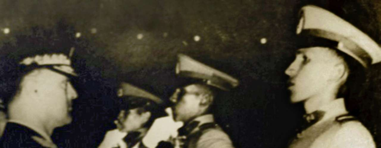 Momento de su graduación de la Academia Militar en junio de 1975.