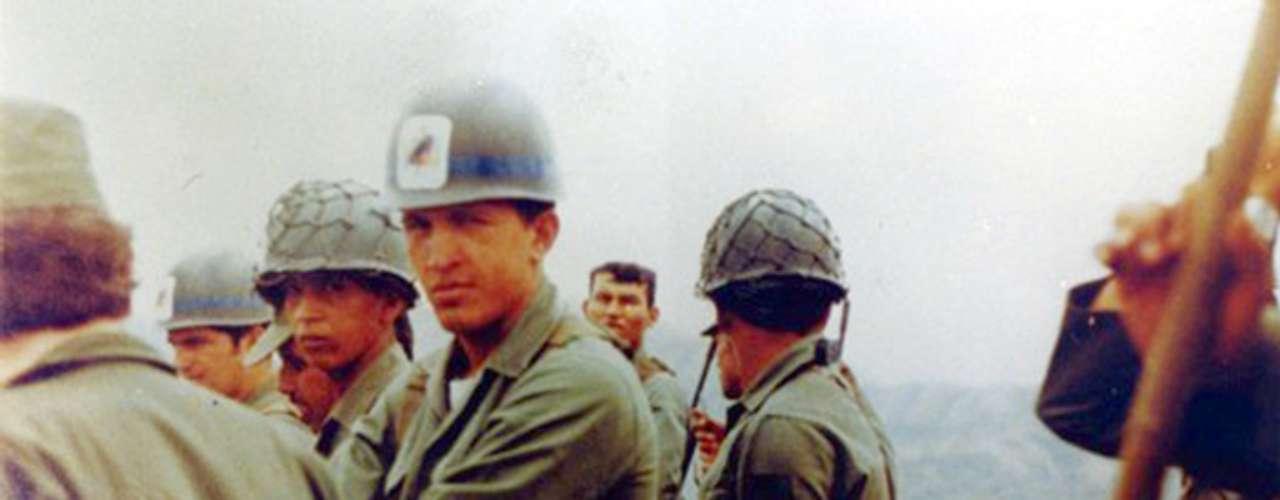 Portando casco militar, Hugo Chávez es captado durante maniobras militares en Caracas, fotografía sin fechar.
