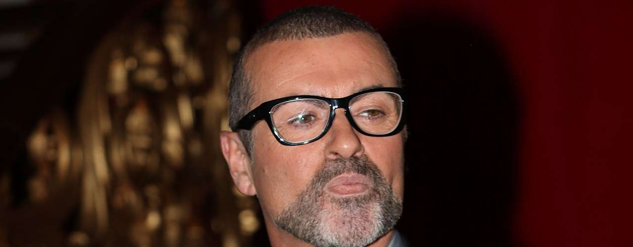 George Michael vivió por muchos años escondiendo el secreto de su homosexualidad, pero la noticia se confirmó cuando fue arrestado por hacerle insinuaciones sexuales a un policía en un baño público.