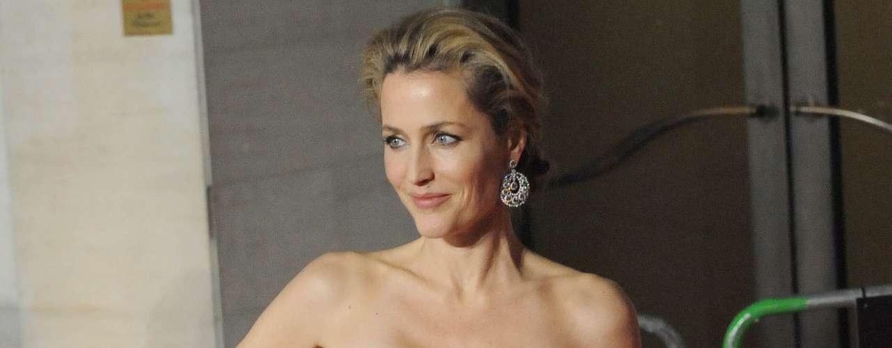 Gillian Anderson, famosa por interpretar a la 'Agente Scully' en las serie televisiva 'Los Expedientes Secretos X', salió del armario ante la revista Out al confesar que llevaba mucho tiempo en una relación amorosa con otra mujer.