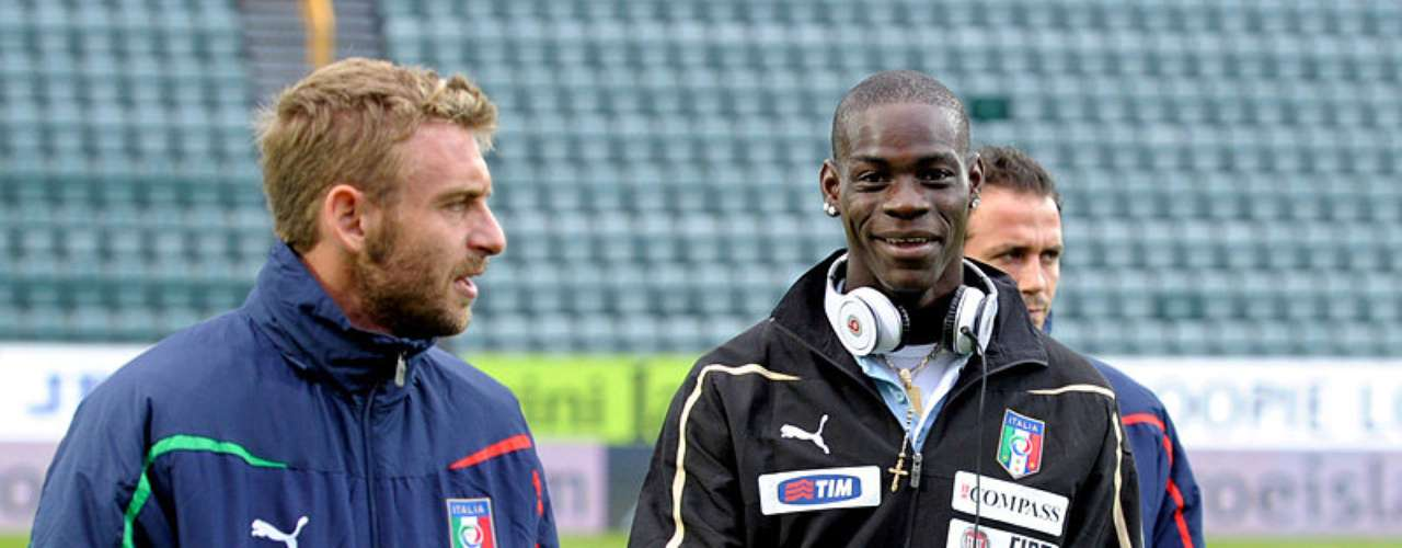 ELECTRÓNICS. In September 2011 during Euro qi=ualifying match between Italy and Feroe Islands. Balotelli started playing with his ipad  while he was on the bench. This incident was highly criticized in Italy due to the lack of interest he showed for the match.