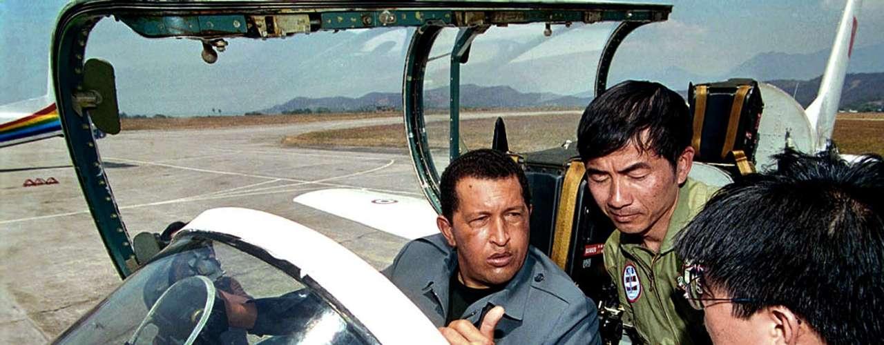El presidente venezolano, Hugo Chávez se encuentra a bordo de un avión militar K-8 durante un entrenamiento en la base aérea de Maracay, Venezuela, el 22 de marzo de 2001.