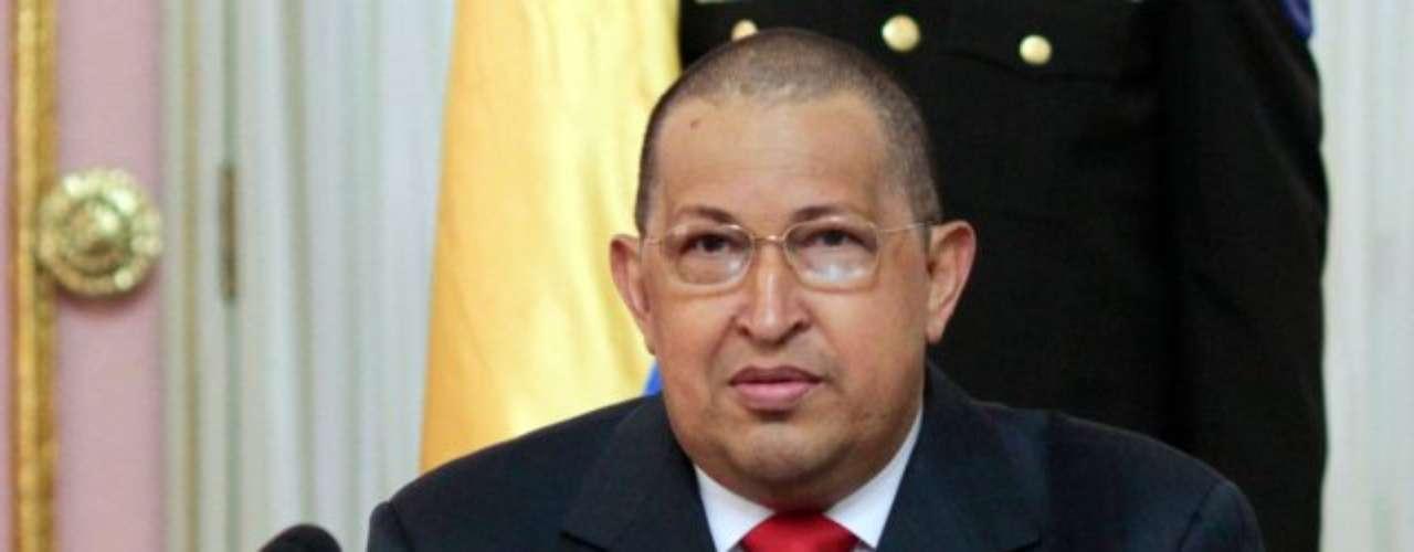 Hugo Chávez aparece sin cabello en un acto desde la Asamblea Nacional, en la juramentación de los nuevos ministros el 1 de agosto de 2011. El Jefe de Estado desmintió los rumores los rumores que se han generado acerca de que tiene un tumor en el colón o en la nariz y reiteró que no hay presencia de células cancerígenas tras la quimioterapia, procedimiento que ataca cualquier célula de rápido crecimiento en el cuerpo humano, como es el caso del cabello. La caída del cabello es normal. Indica que el tratamiento preventivo está siendo efectivo, aseveró.
