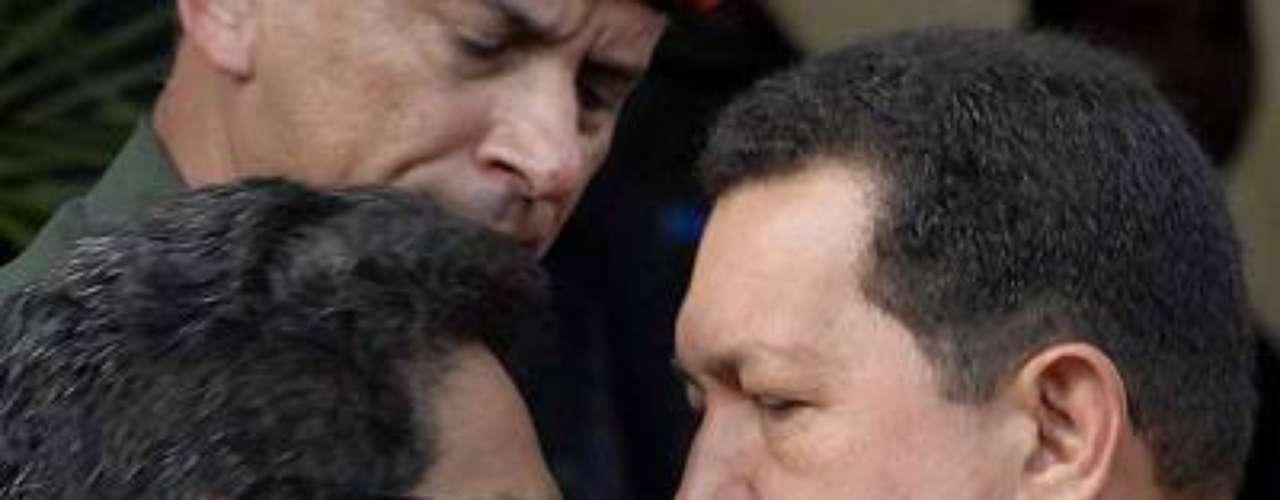 El 8 de noviembre de 2007, Hugo Chávez recibió en Caracas a Luciano Marín, alias Iván Márquez, dirigente de las Farc. El motivo del encuentro fue impulsar el acuerdo humanitario con Colombia para canjear a 44 secuestrados por 500 guerrilleros presos, sin embargo el gobierno de Álvaro Uribe señaló al mandatario venezolano de albergar a miembros del grupo subversivo en su territorio.