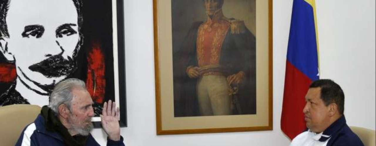 El ministro de Comunicación de Venezuela difundió fotografías del presidente Hugo Chávez en compañía de Fidel Castro luego de que el mandatario fuera intervenido quirúrgicamente en La Habana tras la aparición de un cáncer.