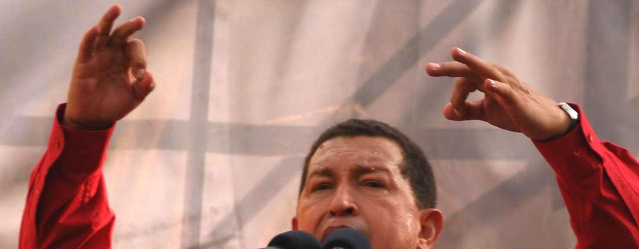 En septiembre del 2008, el presidente de Venezuela, Hugo Chávez, pronuncia un discurso ante miles de seguidores. En este lanza consignas ardientes contra el imperialismo norteamericano, luego de que EE.UU. expulsara al canciller de Bolivia en ese país. Vamos a evaluar las relaciones diplomáticas con el Gobierno de EE.UU. Acabo de hablar con el canciller y para que Bolivia sepa que no está sola, el embajador yankee en Caracas tiene 72 horas para salir de Venezuela. Vayanse al carajo, Yankees de mierda, dijo.