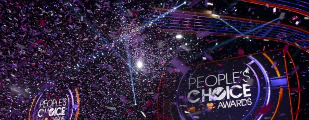 Al finalizar los People's Choice Awards 2013, una lluvia de papeles metálicos cayó en el escenario mientras...¡Heidi Klum patinaba al lado de un chango! Como lo prometieron en un principio.