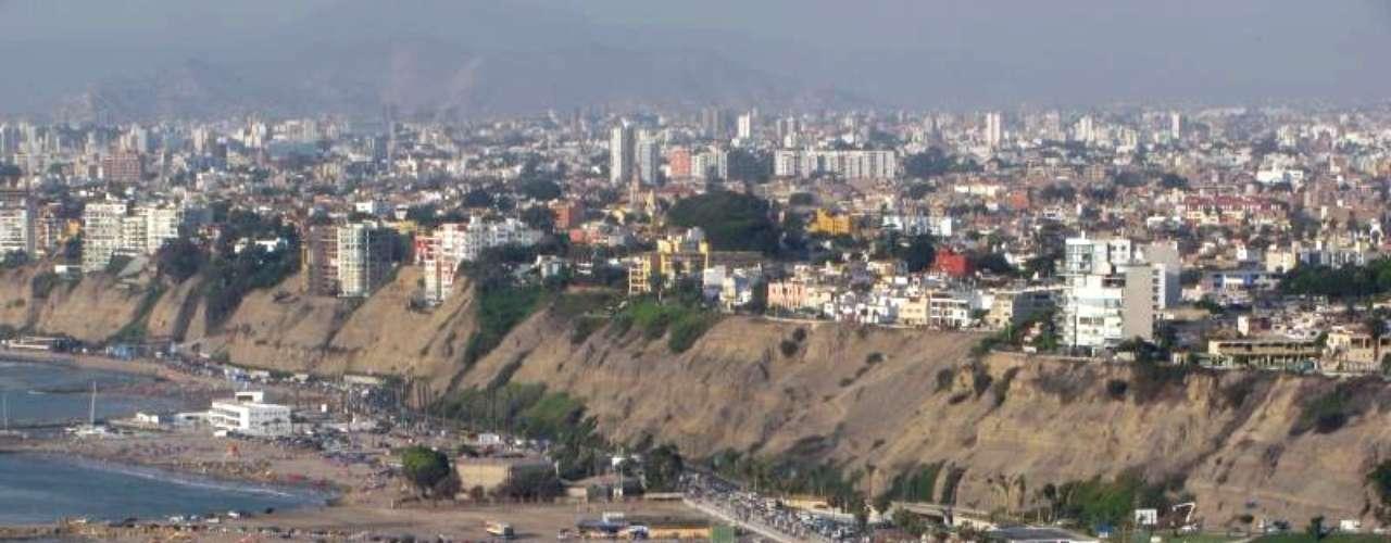 Chorrillos es otro de los pintorescos distritos en Lima que vale la pena visitar para disfrutar de sus impresionantes panorámicas a la bahía tanto de día como de noche.