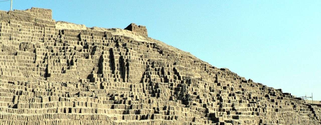 Huaca Pucllana es un centro ceremonial de las antiguas civilizaciones que vivieron en la región entre los años 200-700 d.C.