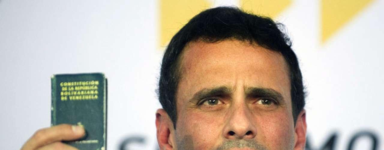 El opositor y ex candidato presidencial Henrique Capriles recordó que si Hugo Chávez no podía presentarse a juramentar, la Constitución indica que el preidente de la Asamblea Nacional debe quedar a cargo.