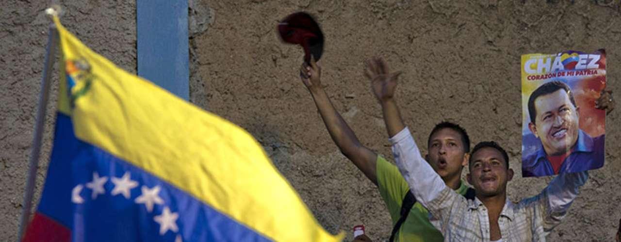 A partir de entonces un velo de hermetismo separa al pueblo venezolano del carismático líder. A diferencia de otras ocasiones, los medios de comunicación oficiales no han presentado imágenes de Chávez, mucho menos han reproducido algún mensaje de éste.