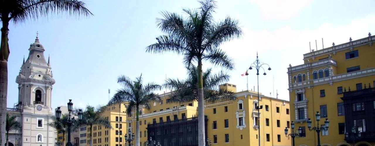 La Plaza de Armas es el lugar en donde en 1535 el conquistador Francisco Pizarro fundó la ciudad de Lima y en donde se encuentran edificios históricos como el Palacio de Gobierno, la Catedral de Lima, el Palacio Arzobispal, entre otros.