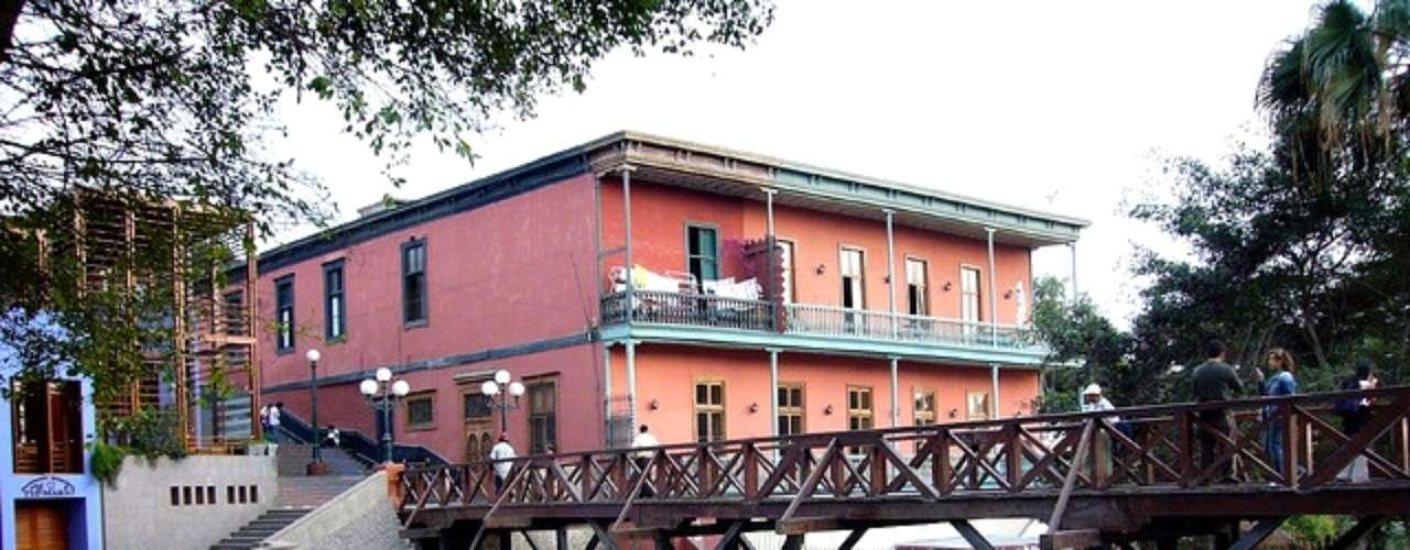 El Puente de los Suspiros, en el bohemio distrito de Barranco, una histórica estructura de madera que gana un encanto especial durante los atardeceres. En los alrededores, pintorescos bares y restaurantes, para pasar una noche entretenida, muy al estilo de Lima.
