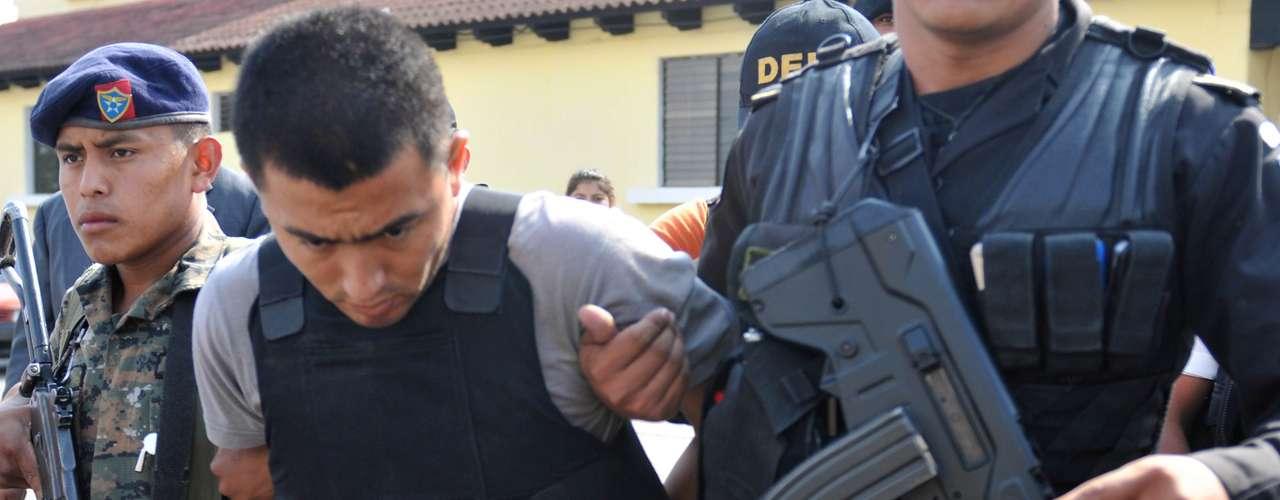 Kaibiles y maras: Los Zetas, que incursionaron en Guatemala en 2008, con gran dominio en el vasto Petén, reclutaron a militares guatemaltecos retirados del grupo de elite contrainsurgente de los \
