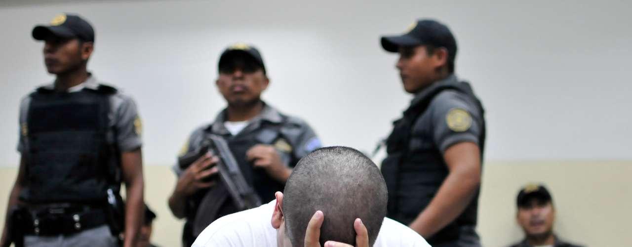 Muestra del fracaso, señala, es que el crimen organizado convirtió a Centroamérica -puente, junto con México, por donde pasa el 90% de la cocaína enviada a Estados Unidos-, como la zona sin conflicto armado más violenta del mundo, según la ONU.