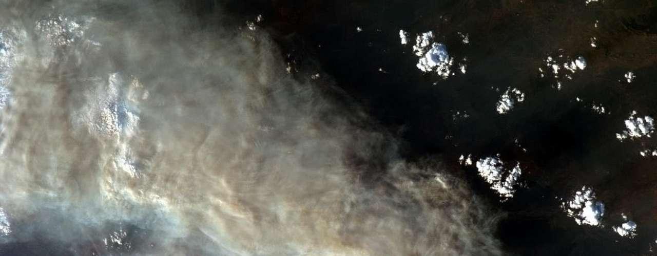 Imagen llamativa de los incendios forestales en Australia. Serpentinas de humo son visibles en todo el país.