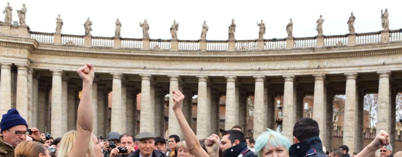 El incidente coincide con una marcha que se celebra este domingo en París en protesta contra los planes del presidente francés de legalizar el matrimonio gay y permitir que las parejas homosexuales adopten hijos.