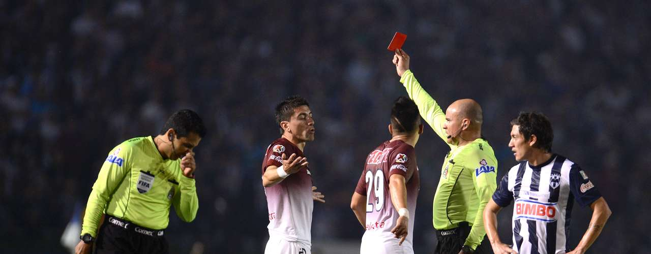 Francisco Chacón didn't hesitate to give a red card to the Chilean.