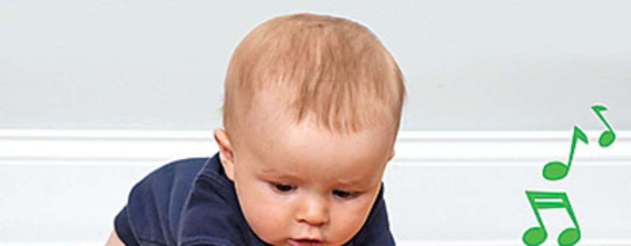 Musical Shape Sorter Ball and Crawling To¿No te encanta el valor de 2-en-1 juguetes? En primer lugar, este juguete musical se pone en movimiento para el rastreo bebé: el objeto rueda y los pequeños siguen con avidez. (Cuanto más rápido vaya, más rápido se reproduce la música, y hace sonidos muy divertidos, también). Otra aplicación es utilizar los tres bloques para ordenar, poner y sacar. Ayuda al bebé a aprender las formas y colores. . Para edades de 6 meses en adelante.