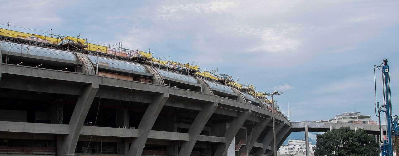 14 de enerode 2013: Obreros trabajan en la recta final de las obras del Estádio Maracaná, que recibirá la Copa Confederaciones de 2013 y la Copa del Mundo de 2014.