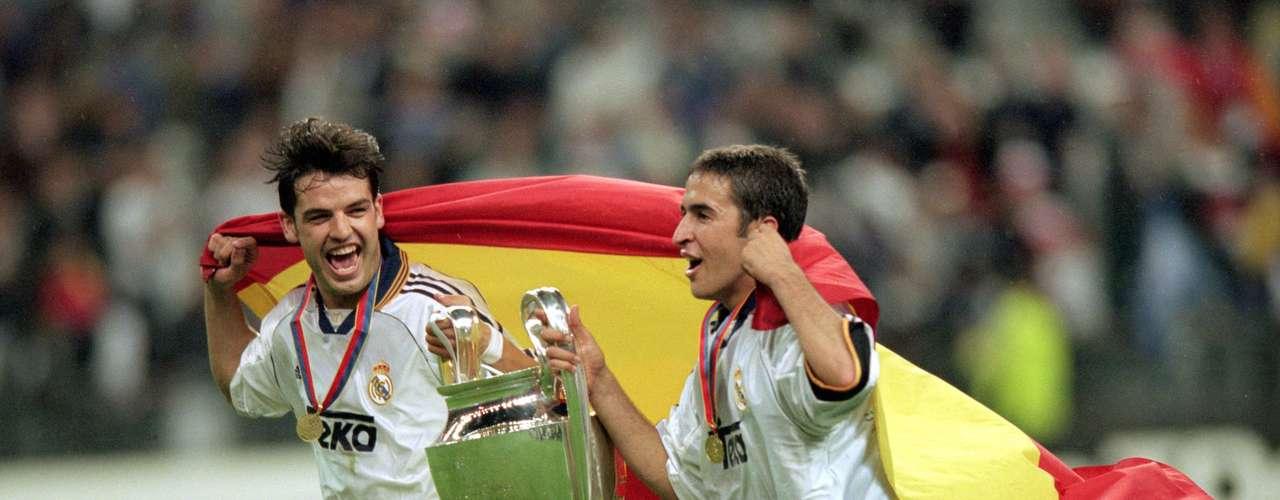 Fernando Morientes y Raúl celebran con la bandera de España el octavo título de Europa para el Real Madrid