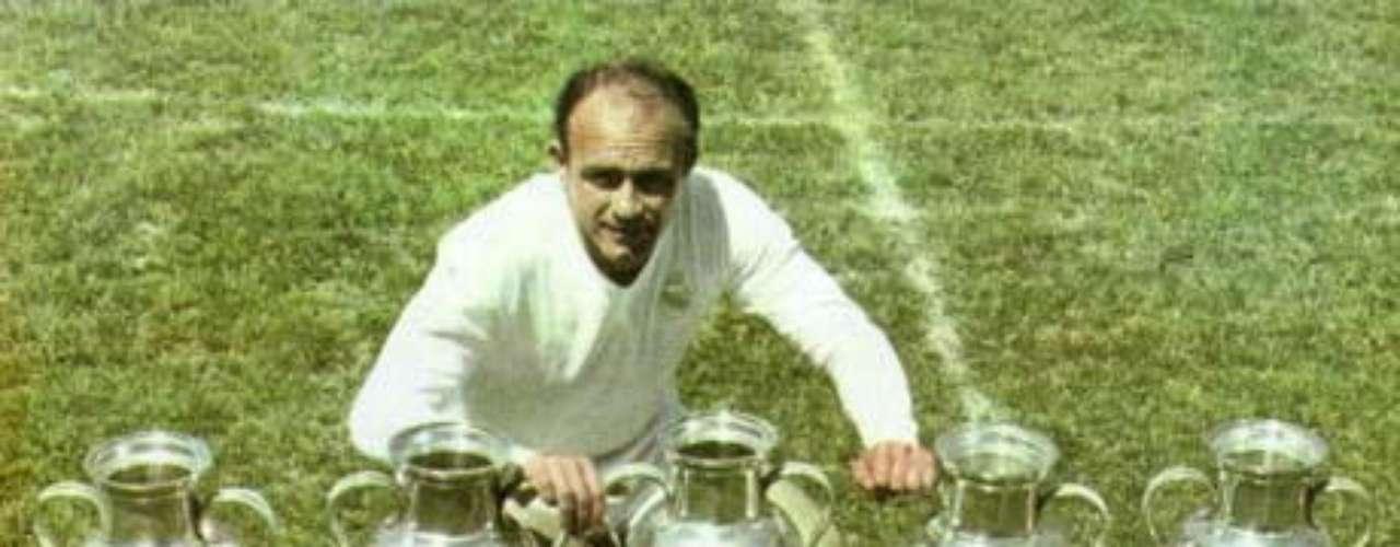 Alfredo Di Stéfano ganó cinco Copas de Europa para consolidarse como una leyenda en el Real Madrid.