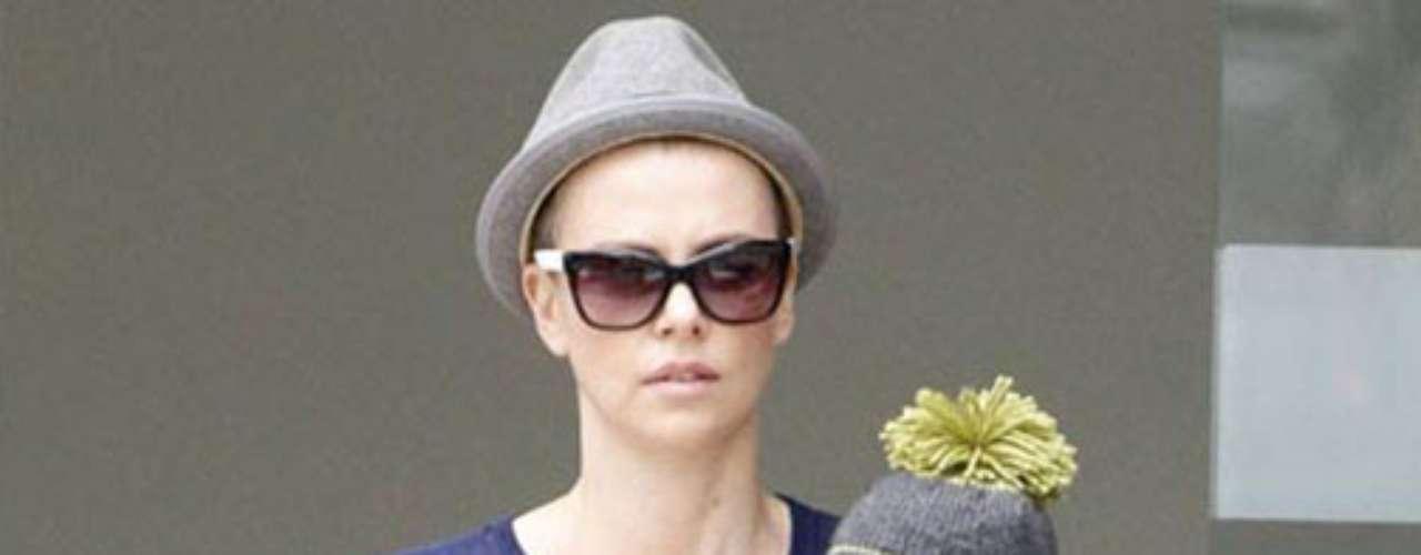 Charlize Theron adoptó a su hijo Jackson en marzo de 2012.