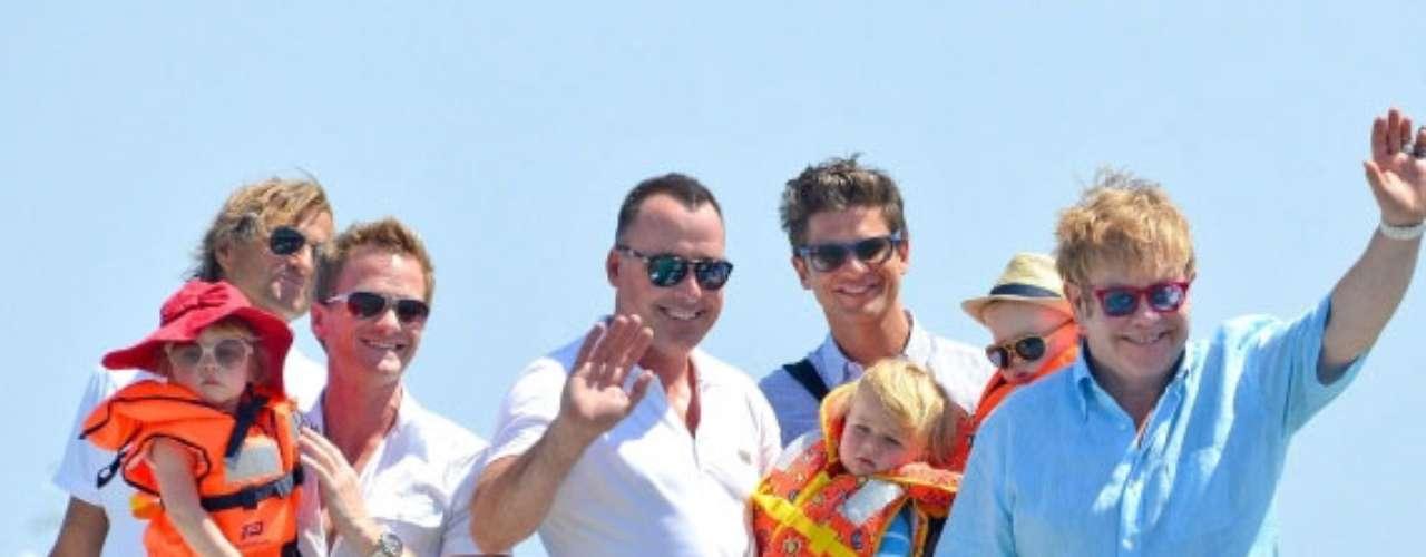 Elton John, David Furnish y su hijo Zachary Levon. Neil Patrick Harris, David Burtka y sus gemelos, Scott Gedeón y Harper Grace cuando salían de Club 55 y un tablero lancha.