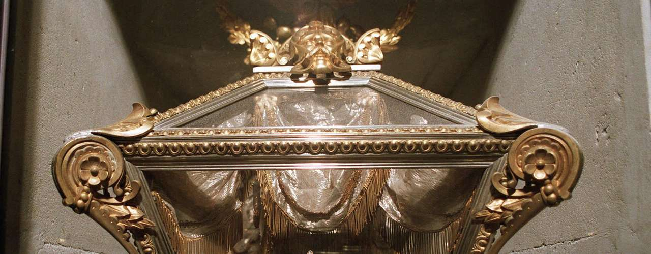 In the coffin allegedly belonging to Guadalupe Victoria were the remains of a man between 19 and 21, as well as five lumbar vertebraes belonging to a female, deer bone. In the urn belonging to Leona Vicario were the daughter's reimains Genoveva.