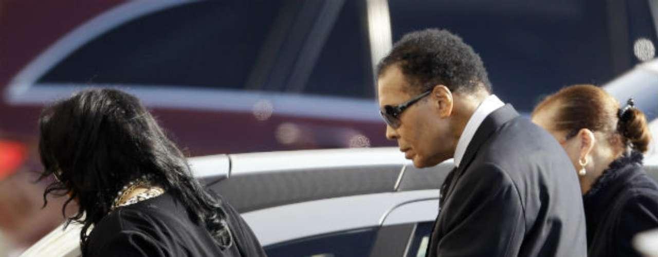 En noviembre de 2011, Ali, acompañado de su familia, acudió a los funerales de Joe Frazier, con quien construyó una gran amistad.