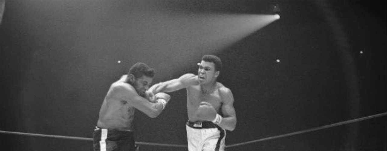 Al histórico Floyd Patterson lo venció en 1972 por nocaut técnico y así re tuvo su título de los pesos pesados.