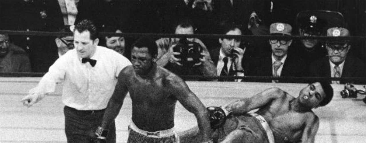Pero llegó la primera derrota para la carrera del 'Más Grande'. El 8 de marzo de 1971, Joe Frazier derrotó por decisión unánime a Ali que perdió los títulos de la AMB y CMB. Ese combate fue nombrado la pelea del siglo.