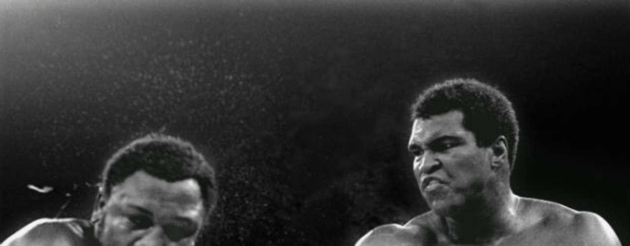Pero Ali se cobró revancha al doble contra Joe Frazier. En 1974 y 1975, el 'campeón de la gente' derrotó a su más acérrimo rival en dos peleas de época.