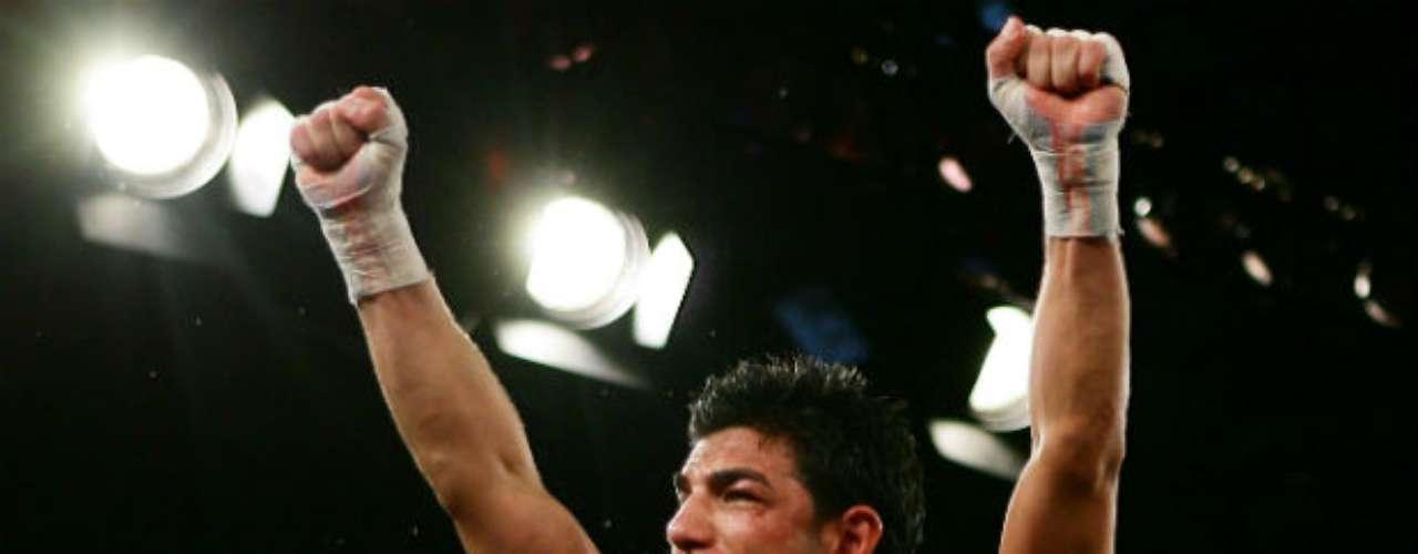 El australiano Billy Dib es actual campeón de la FIB en Pluma y ex campeón Superpluma de la IBO. Su récord actual es de 34 peleas ganadas, 21 por la vía del nocaut, una derrota y un 'no contest'.