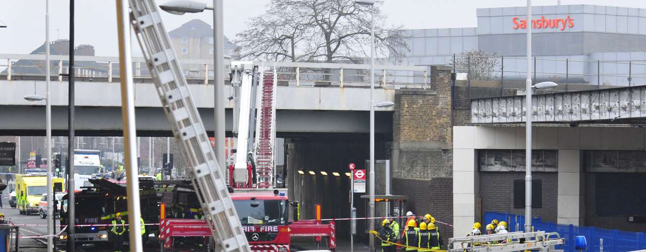 The accident occurred at around 08.00 GMT in the neighborhood of Vauxhall, on the shore of the Tamesis river close to a subway station and to the British intelligence agency MI6.