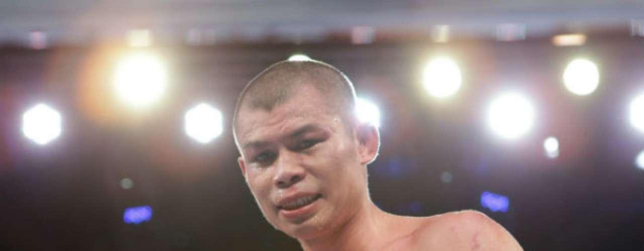 Mientras que el súper campeón de la AMB en peso Pluma es el indonés Chris John, que marcha invicto con 48 victorias, 22 por la vía del 'cloroformo'.