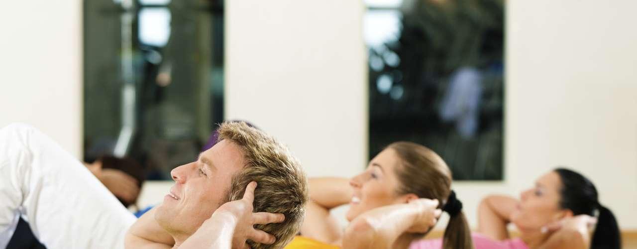 Actividad física: Los ejercicios regularmente colaboran con el sueño, pero ir al gimnasio antes de acostarse no es la mejor idea. Además del hambre que produce el ejercicio, el cuerpo alcanza un nivel de energía y un ritmo cardiaco que impiden que el cuerpo y la mente se relajen lo suficiente. Para obtener una buena noche de sueño, termine su entrenamiento al menos tres horas antes de acostarse.